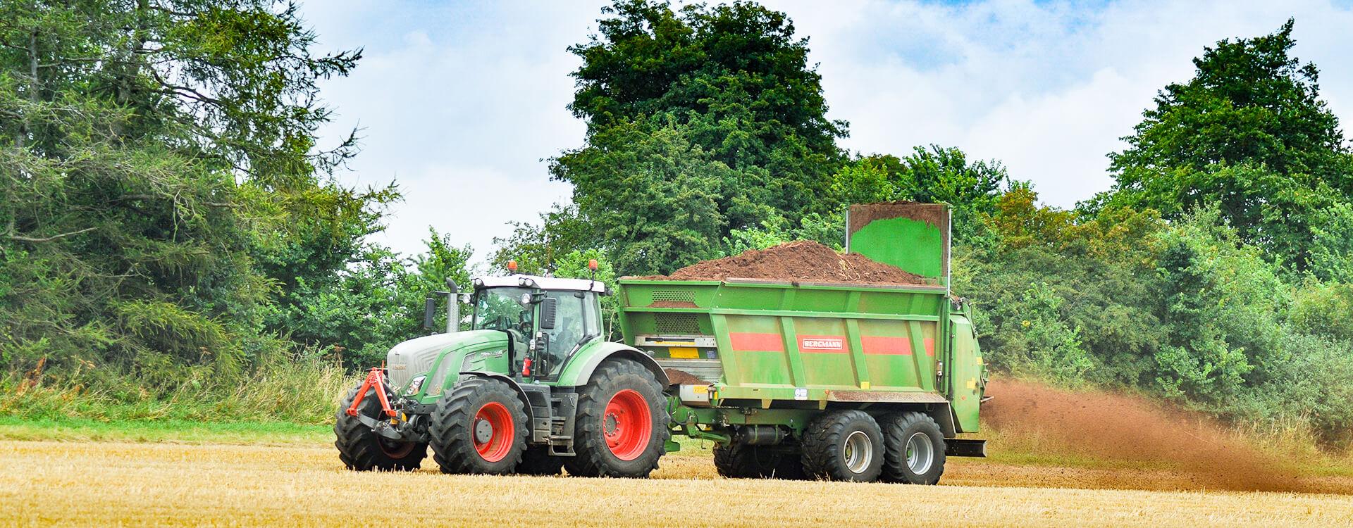 Fendt tractor Bergmann muck spreader chicken manure spreading