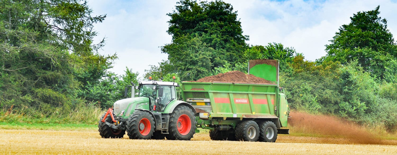 Fendt tractor Bergmann muck spreader chicken manure spreading