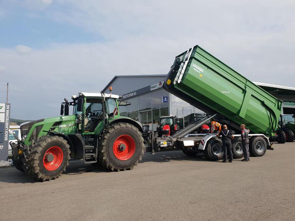 Green hooklift trailer fendt tractor