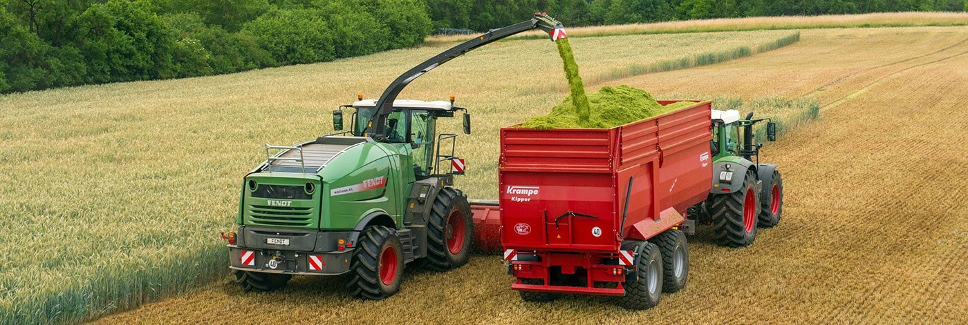 Krampe silage trailer harvesting whole crop with fendt forager