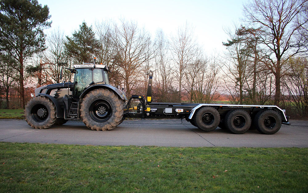 Triaxle hooklift with black fendt
